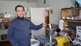 Ігор Мудрик демонструє прес, на якому він виготовляє олії